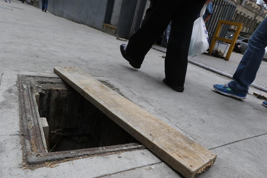 Alcantarillas en la avenida Urdaneta son un riesgo para transeúntes