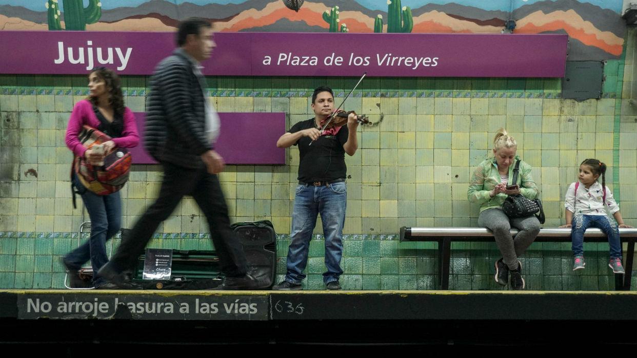Del metro a la orquesta, el sonido virtuoso del éxodo venezolano en Argentina