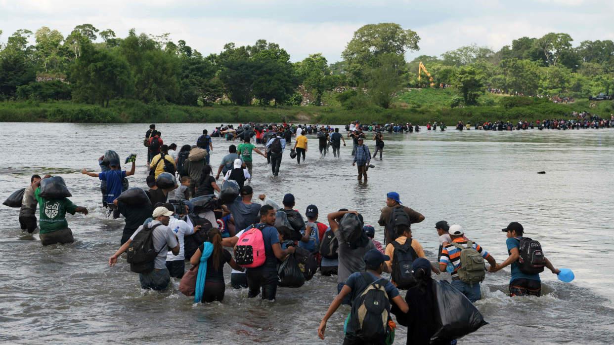 Resultado de imagen para Migrantes centroamericanos cruzan el río Suchiate.