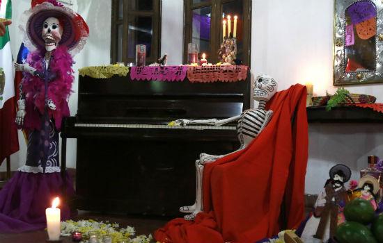 d83e7905cf Para esta celebración se prepara un altar con una serie de elementos  concretos provenientes de la mezcla cultural del antepasado mexicano.