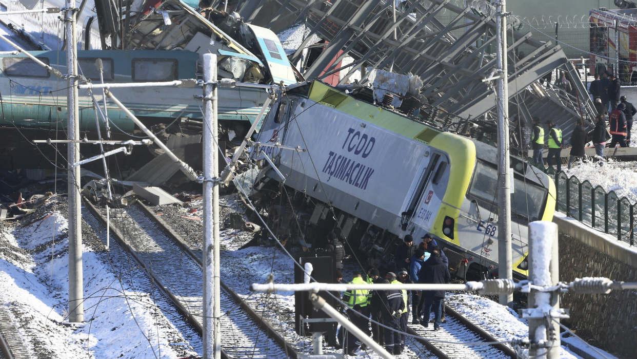 Resultado de imagen para Accidente de tren deja 9 muertos y 47 heridos en Turquía