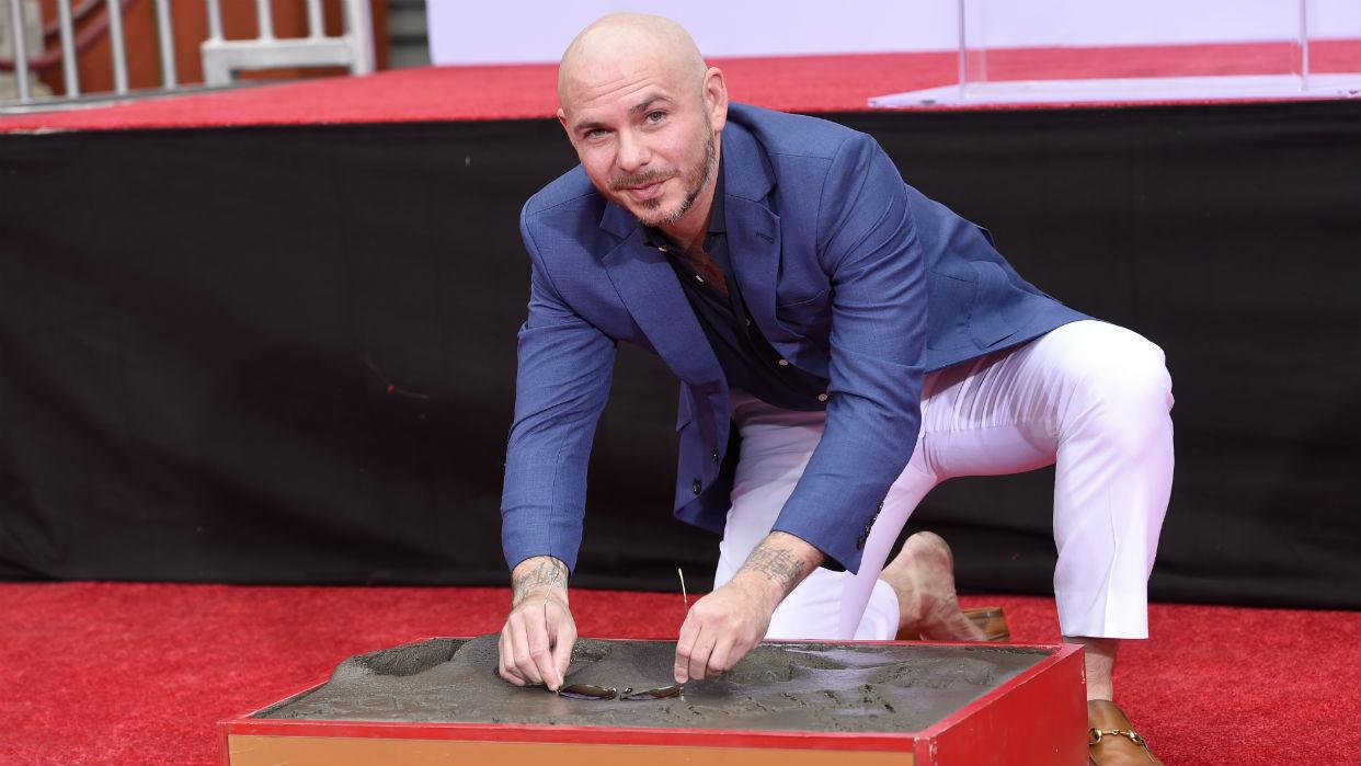 Pitbull deja sus huellas en el cemento de Hollywood