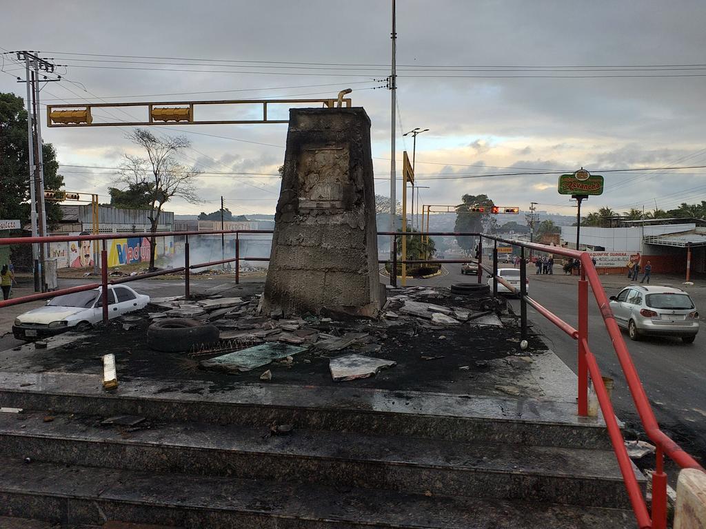 Dictadura de Nicolas Maduro - Página 21 Estatua-de-chavez-15980