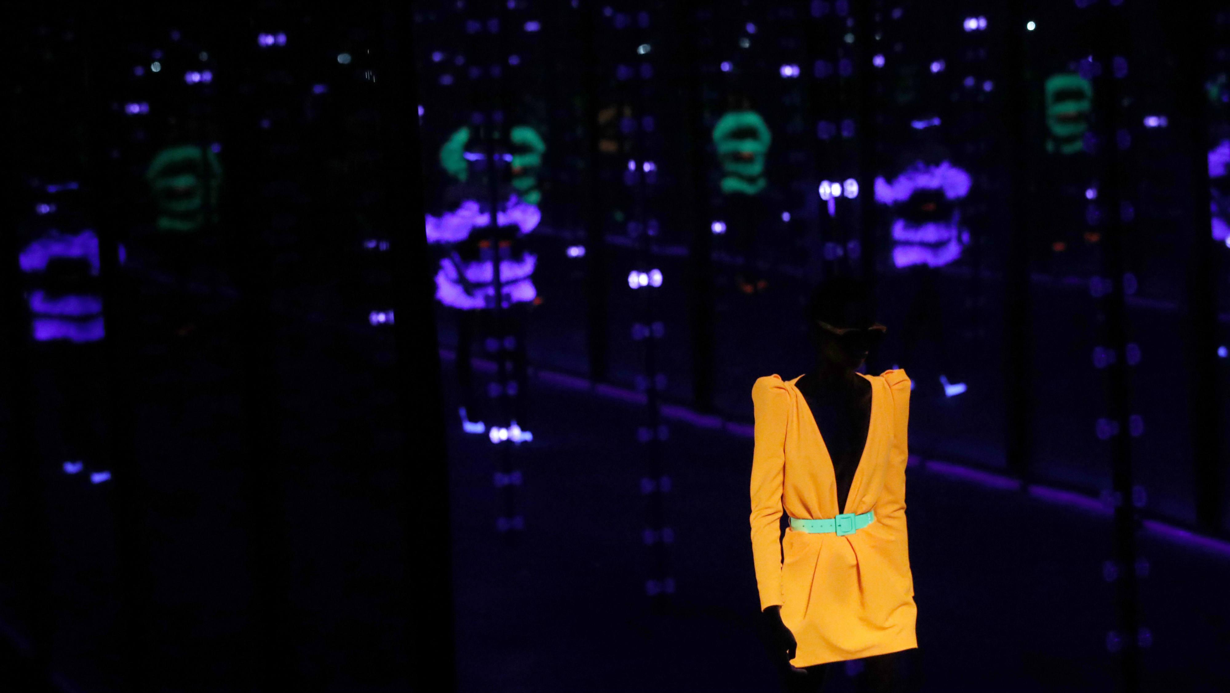 Los hombros y vestidos cortos destacan en la pasarela de YSL