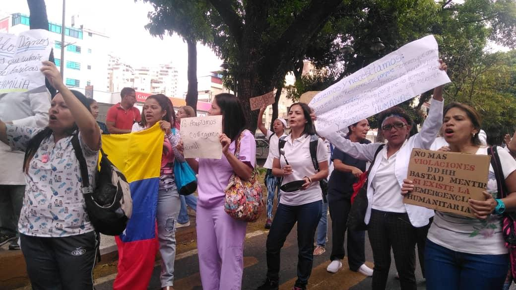 Médicos y enfermeras del J.M de los Ríos protestan por bajos salarios
