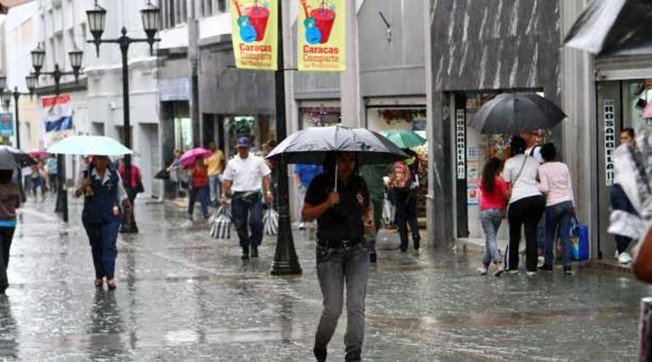Onda tropical produce intensas lluvias en el país
