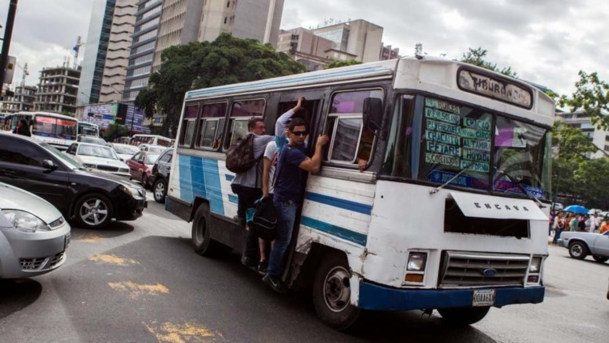 Transportistas proponen establecer el pasaje en 10 centavos de dólar