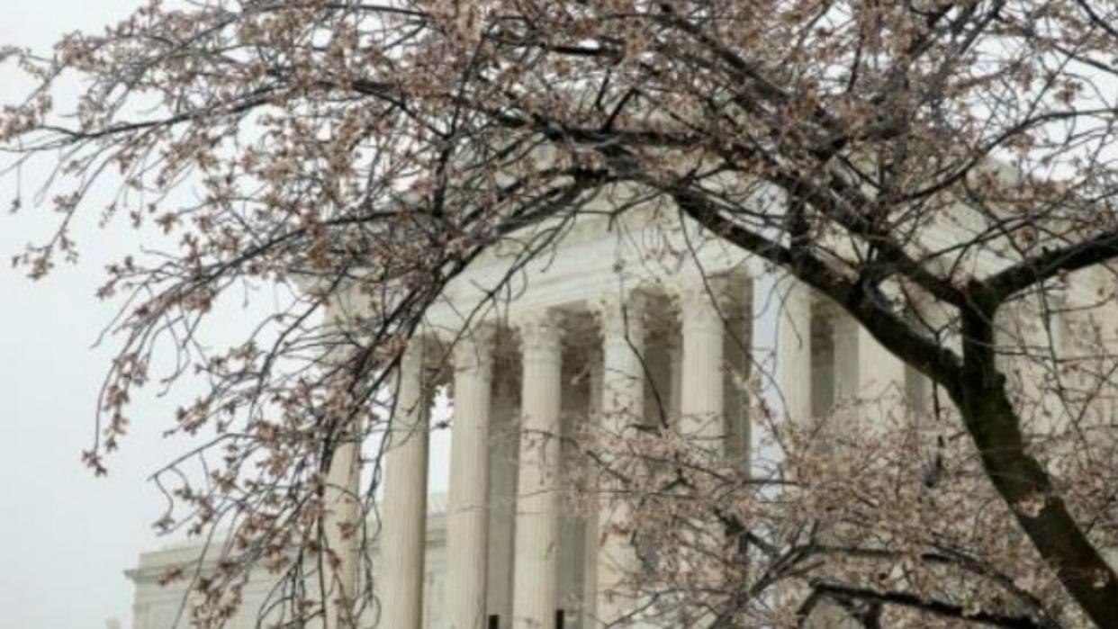 Corte Suprema de EEUU avala negar residencia a migrantes que reciban ayudas