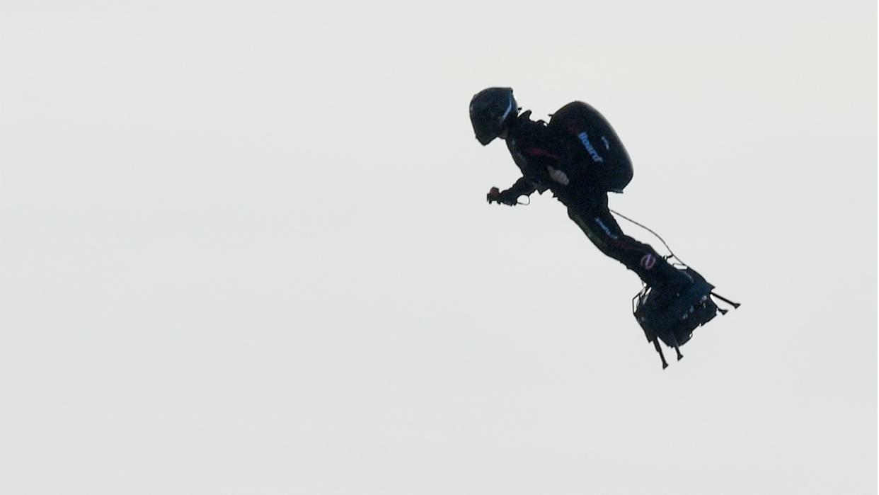 Francés Franky Zapata logra hazaña de cruzar el canal de la Mancha con tabla voladora