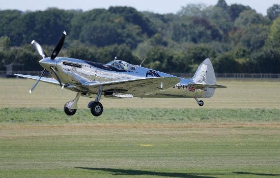 Dos británicos intentan dar primera vuelta al mundo en avión de II Guerra Mundial