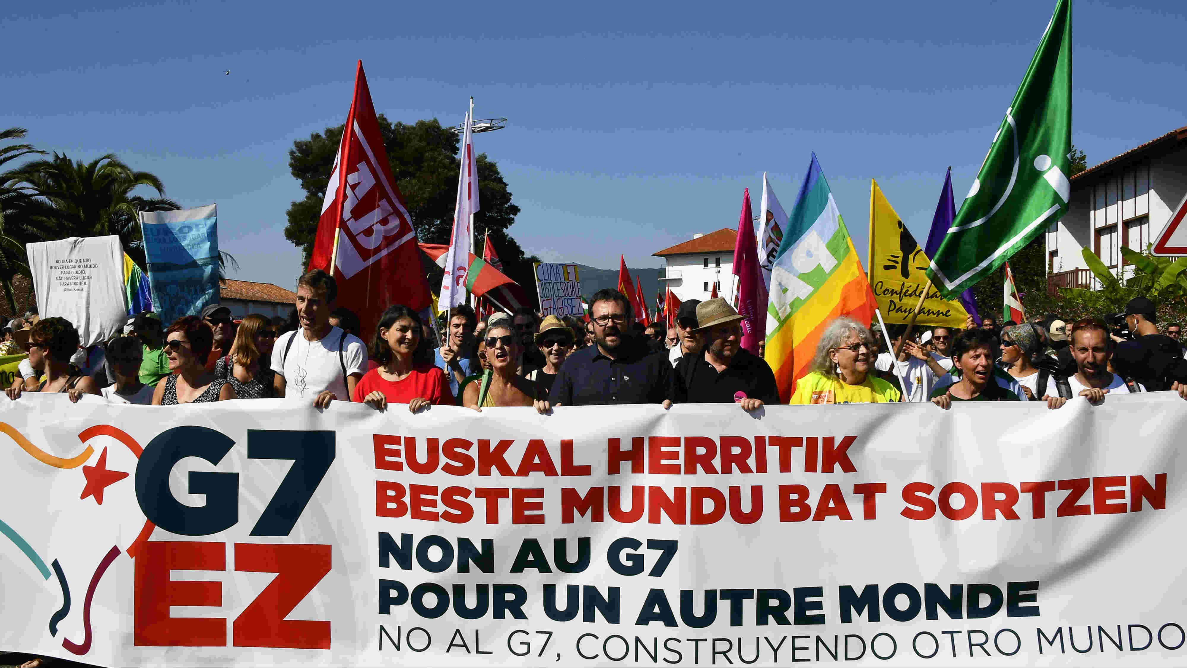 Resultado de imagen para Miles protestan en Francia contra Cumbre del G7