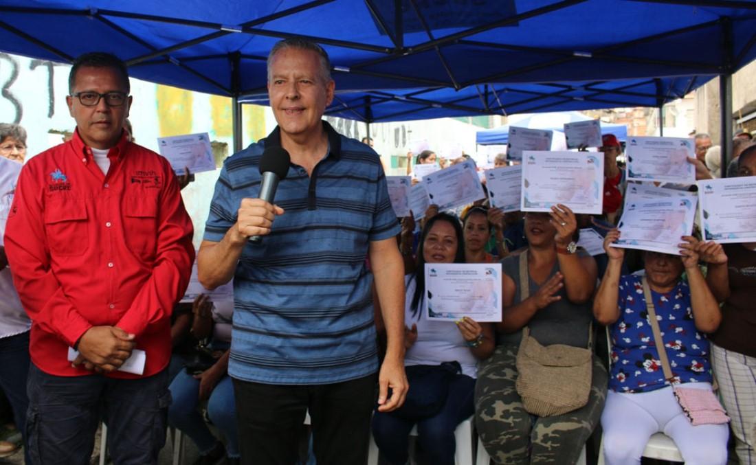 Alcaldía de Sucre entregó 85 certificados de construcción - El Universal (Venezuela)