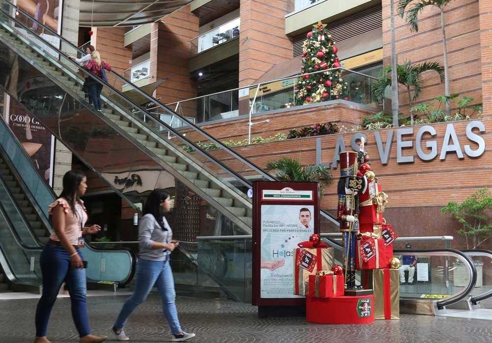 Los centros comerciales se engalanan por la Navidad