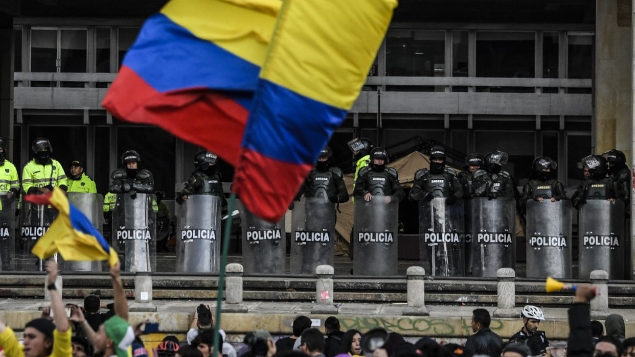 Marcha con artistas da nuevo impulso a inusuales protestas en Colombia