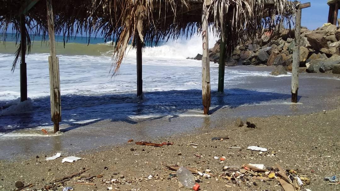 Olas de 4 metros inundaron 24 quioscos en Bahía Marina en Catia la Mar