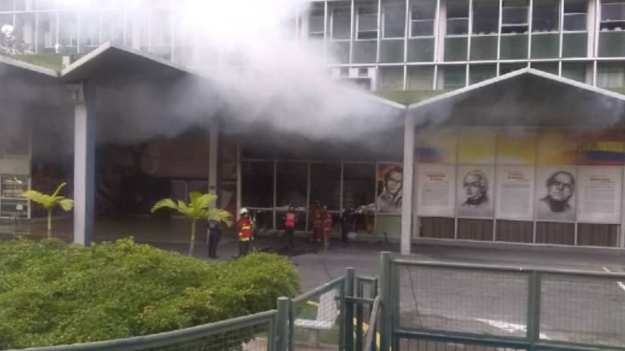 Incendio en la biblioteca de la Unefa fue controlado por los bomberos de Caracas