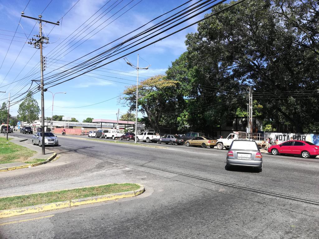 Reportan horas de cola por gasolina en el interior del país