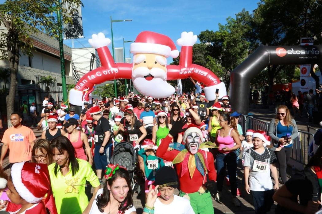 Caraqueños vestidos de Santa Claus tomaron  las calles de Las Mercedes