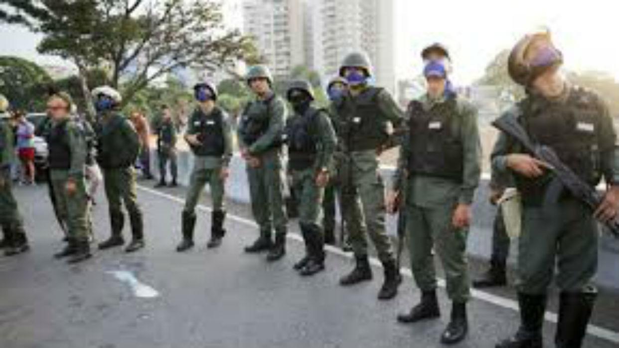 Militares venezolanos huyen a colombia