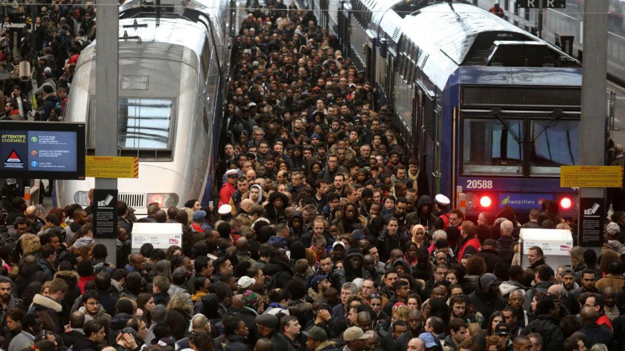 Francia bloqueada en quinto día de huelga que pone a prueba al gobierno de Macron