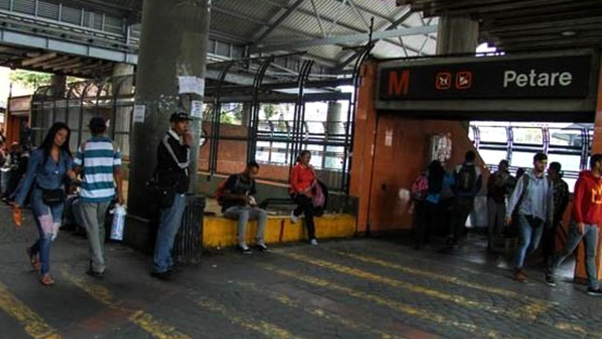 Adolescentes asesinan a mujer en el Metro de Petare para robarla