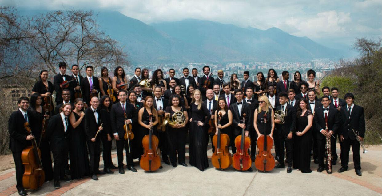 Maracas, cuatro y arpa para un concierto sinfónico