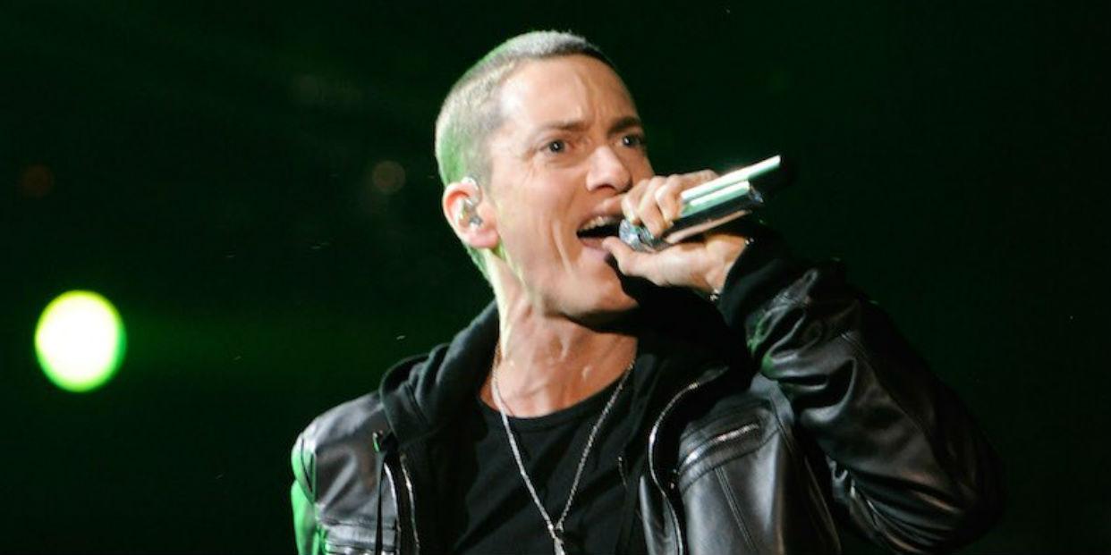 Eminem insta a controlar el uso de armas de fuego en EEUU en su último álbum