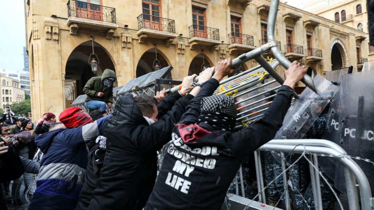 Violentos enfrentamientos entre policía y manifestantes en el Líbano