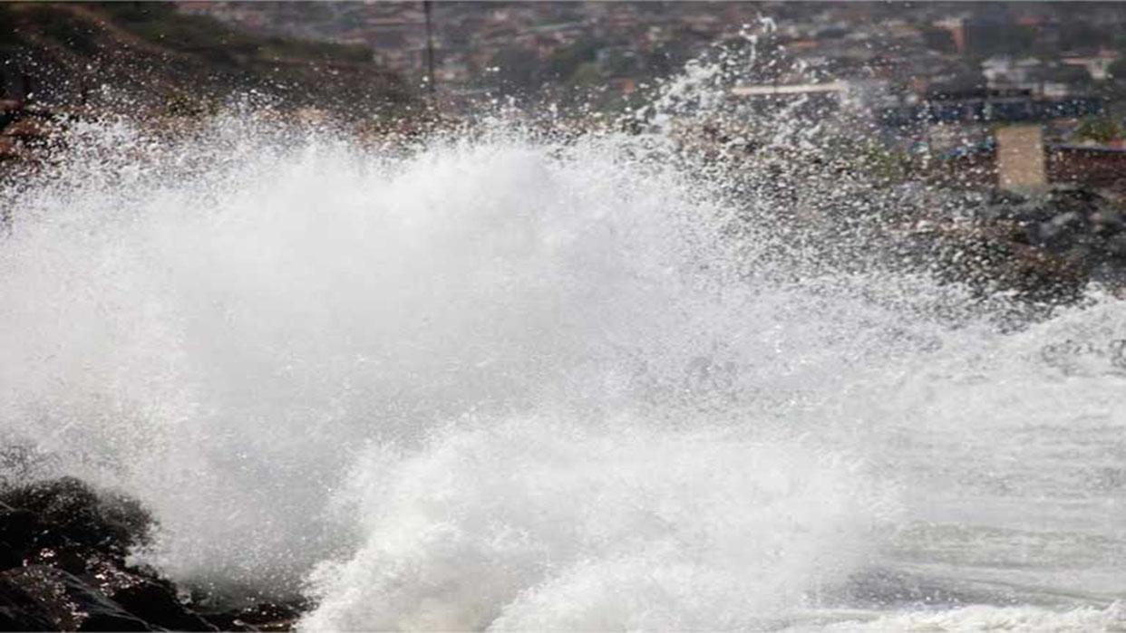 Marejada en Lechería causa inundaciones en algunos sectores