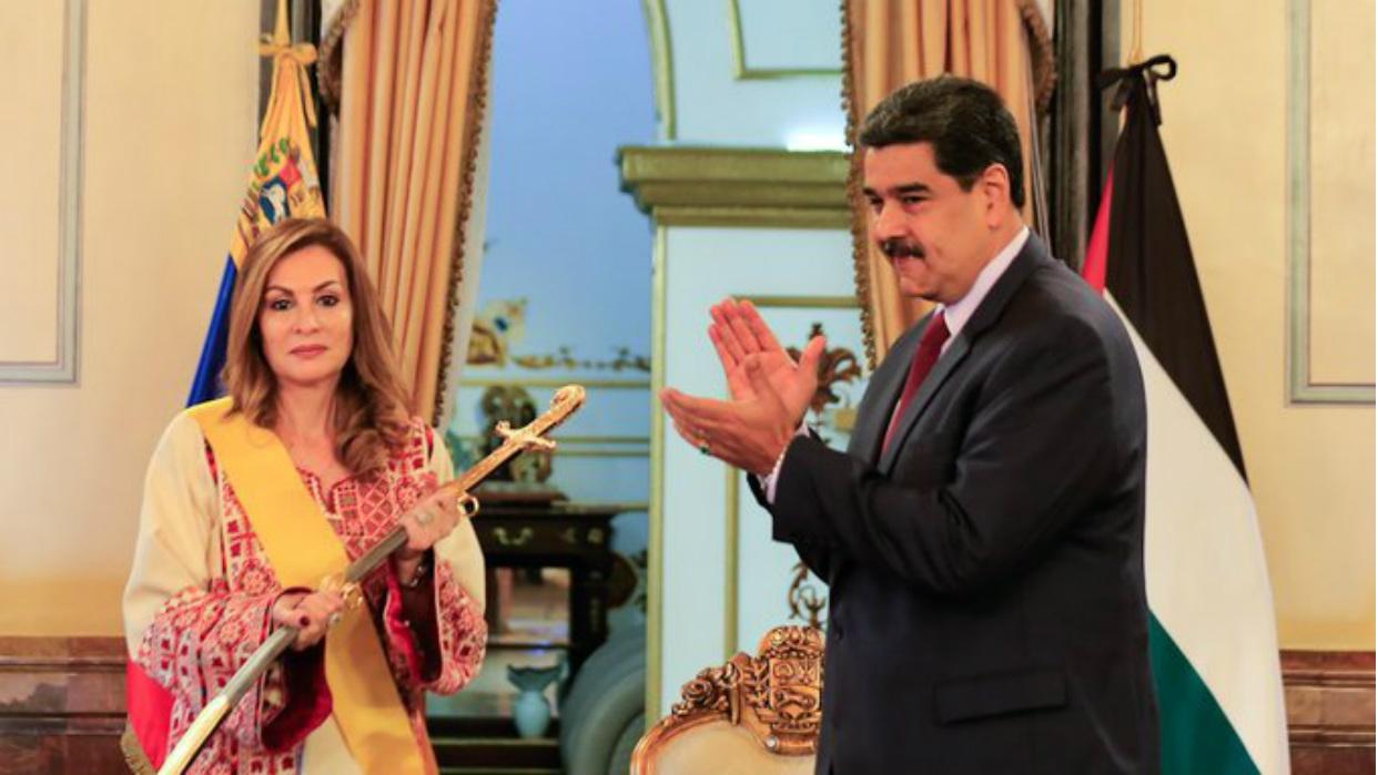 Maduro entrega condecoración a embajadora de Palestina en Venezuela