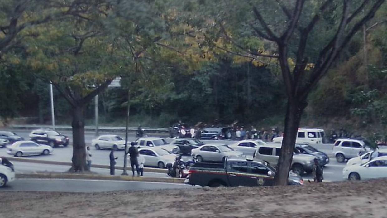 Reportan situación irregular con funcionarios policiales en autopista Prados del Este