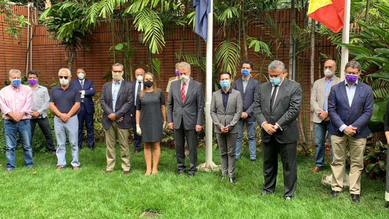 Embajada de España en Caracas guarda un minuto de silencio por fallecidos por el Covid-19