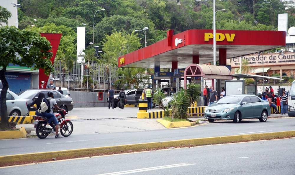 Primer fin de semana para la venta de gasolina continúa con largas colas