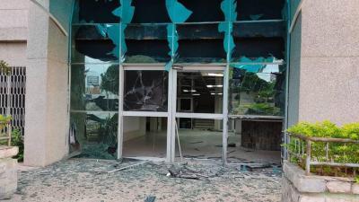 Investigan ataque con explosivos contra clínica
