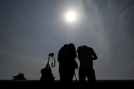 Un eclipse solar excepcional deslumbra a los aficionados de la astronomía en África y Asia