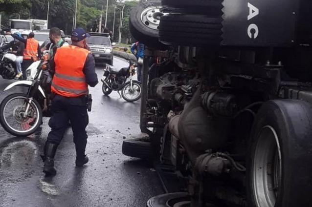 Herido un funcionario de la GNB en volcamiento de convoy en la Francisco Fajardo
