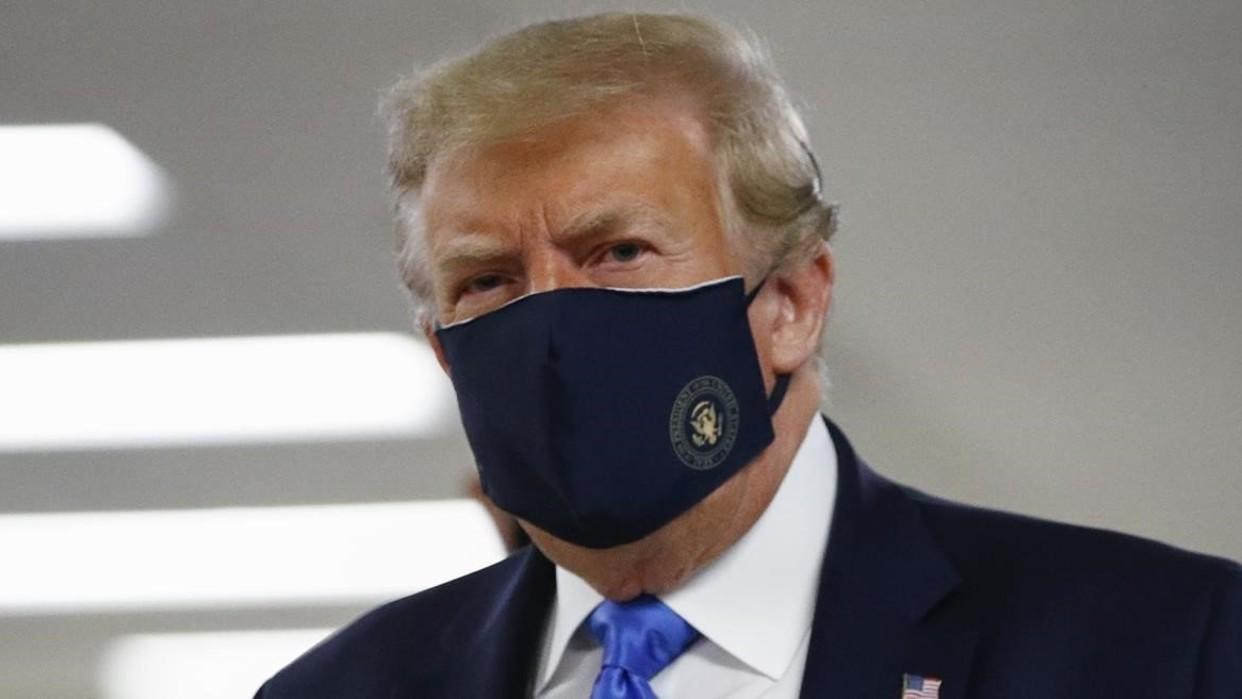 Trump se muestra con tapabocas en público por primera vez durante la pandemia