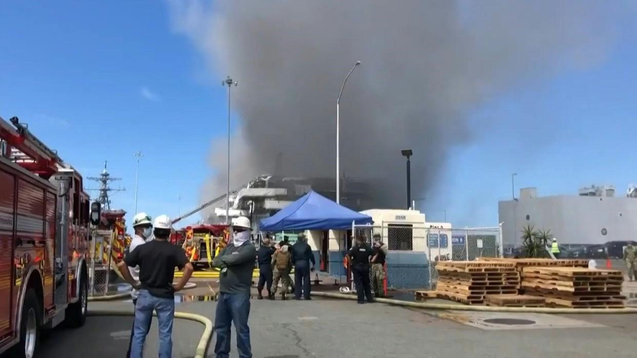 Explosión causa incendio en un buque de la Marina de EEUU