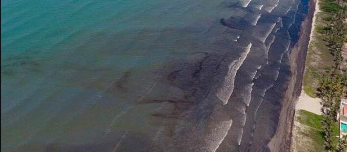 Autoridades venezolanas llevan a cabo el saneamiento de la mancha de petróleo en la costa de Falcón