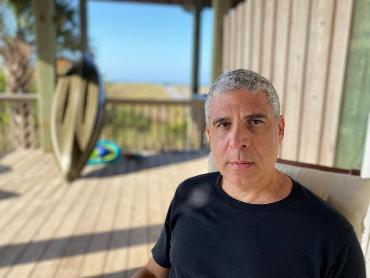 """Camilo Pino: """"El único compromiso que debe tener un escritor es con su trabajo"""""""