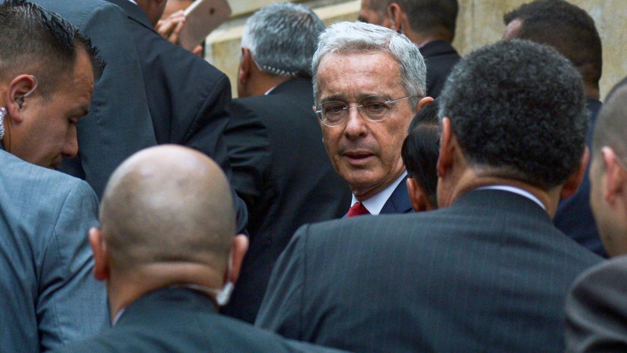 Fiscalía colombiana demuestra vínculos de Uribe y su abogado con falsos testigos y sobornos
