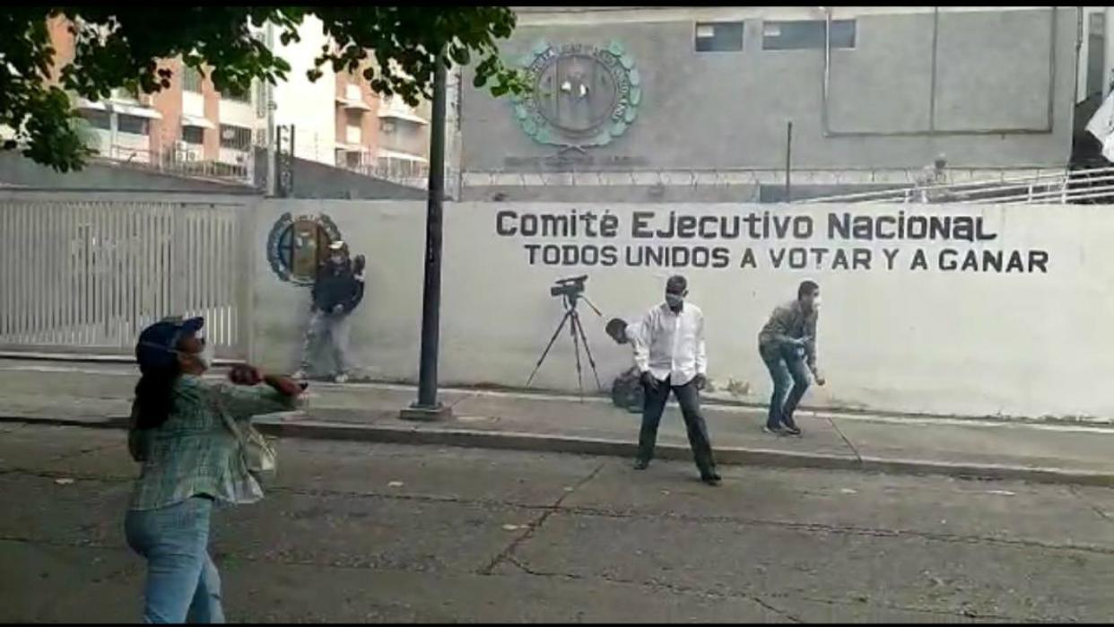 Denunciaron acciones violentas contra los periodistas en la sede de Acción Democrática