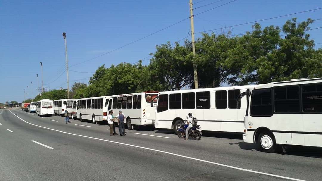 Transportistas paralizan la ruta Caracas-La Guaira