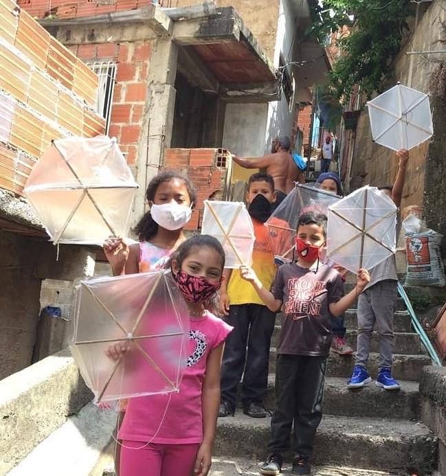 Alcaldía de Sucre entrega papagayos a los niños de los barrios de Petare