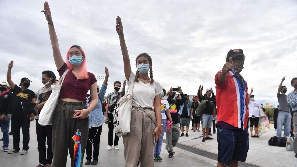 Decenas de miles de personas manifiestan en las calles de Bangkok contra el gobierno
