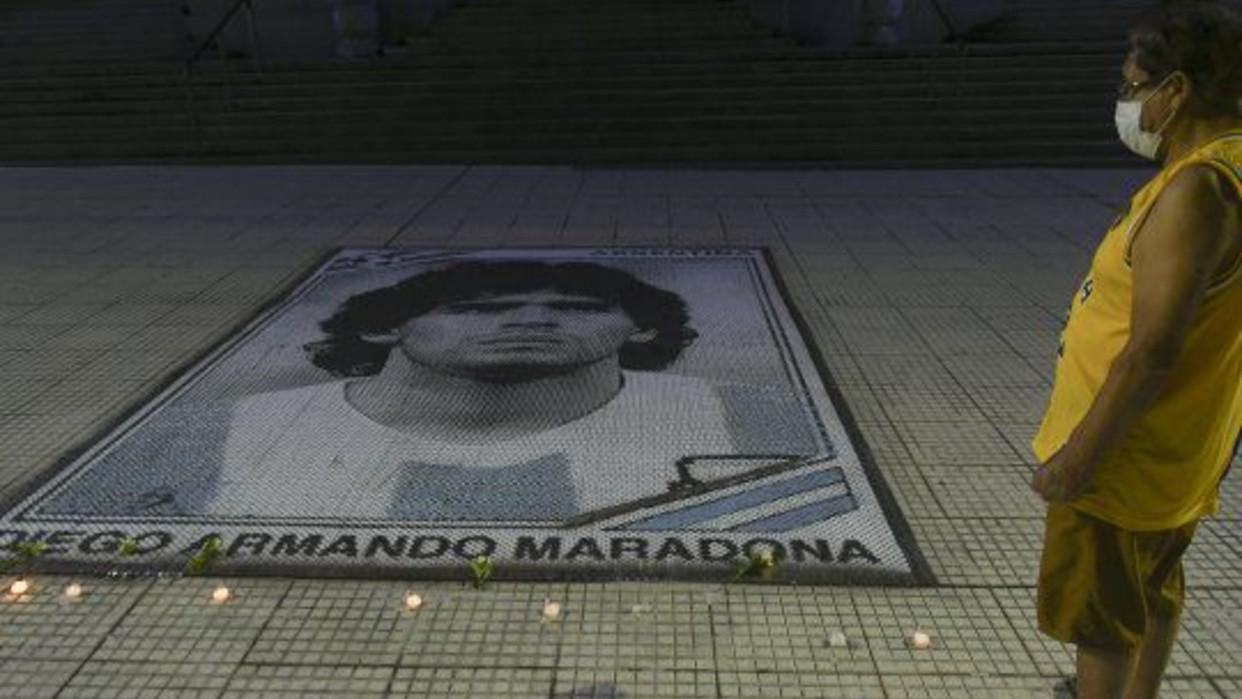 Indignación y rechazo por el funerario que se sacó una foto junto al cuerpo de Maradona