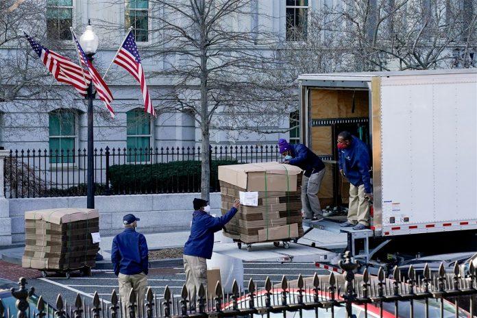 Llegaron a la Casa Blanca pilas de cajas vacías para la mudanza de Trump