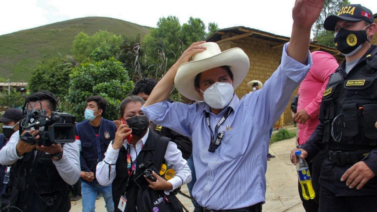 Sondeo da primer lugar a Pedro Castillo tras comenzar el conteo de votos en Perú