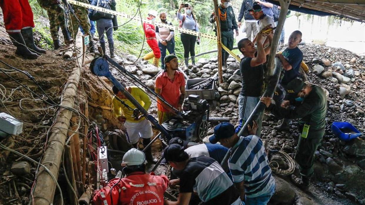 Rescatan cuerpos de tres de los 11 mineros atrapados en una cueva en Colombia