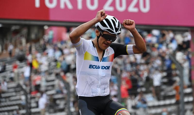 Carapaz se adjudica el oro en ciclismo tras vencer a Van Aert y Pogacar
